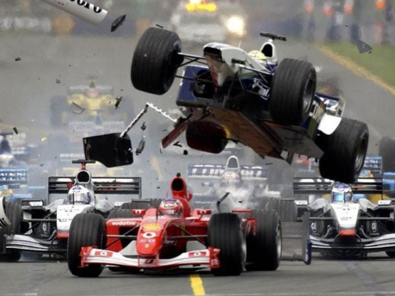 photo très impressionante d'un crash lors d'un GP de F1