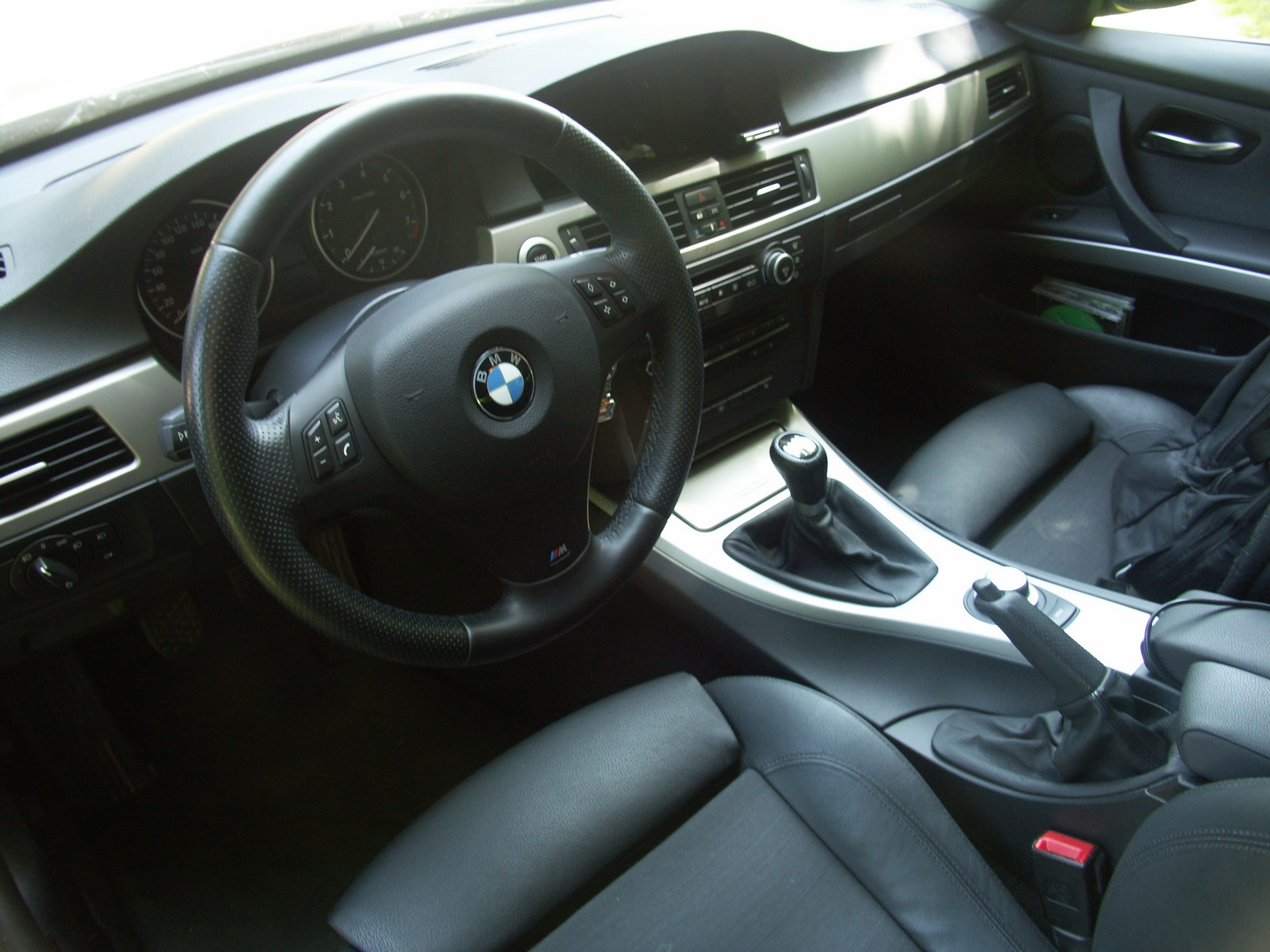 Comparatif bmw essai de l 39 e36 323i contre l 39 e90 325i for Interieur cuir bmw e90