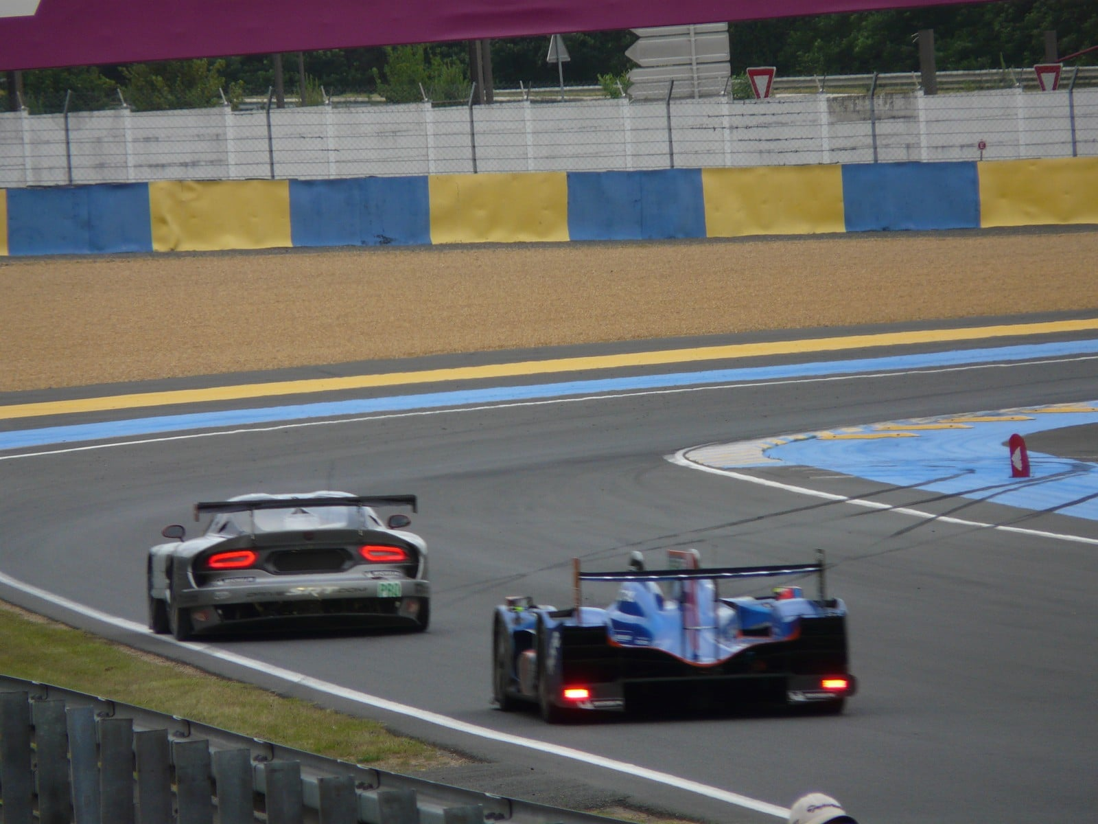 reportage aux 24h du mans aux c t s d 39 alpine. Black Bedroom Furniture Sets. Home Design Ideas