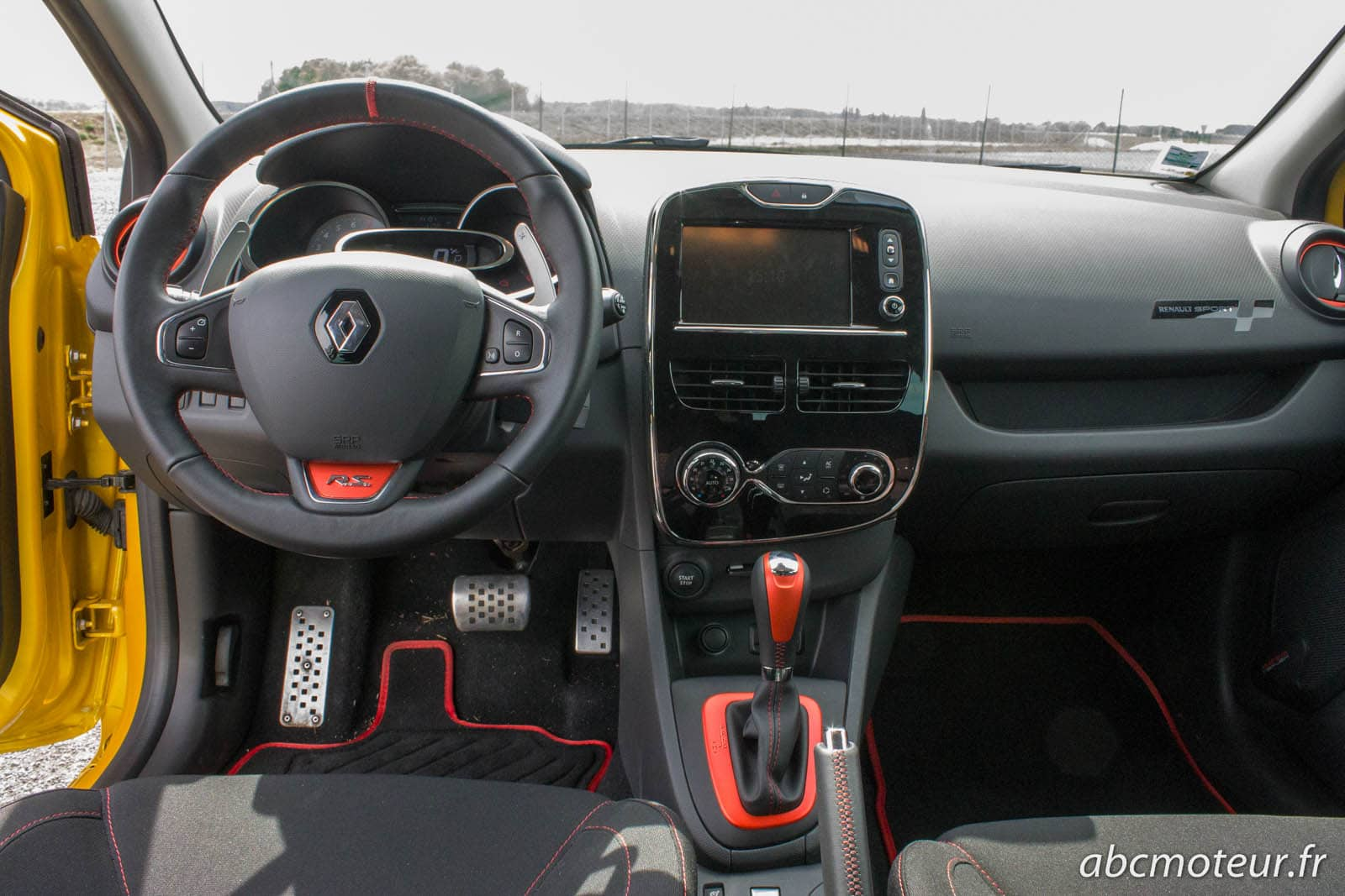 Essai comparatif peugeot 208 gti renault clio 4 rs citro n for Interieur paupiere inferieure rouge