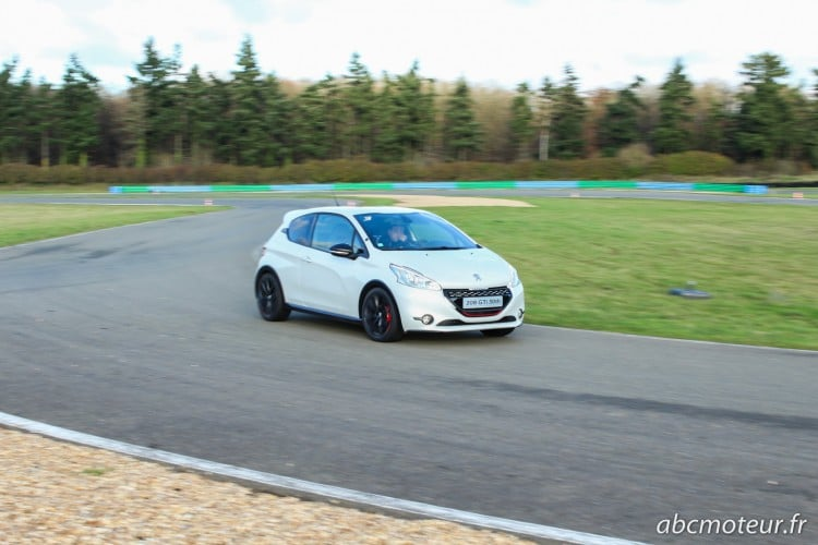 Peugeot 208 GTi 30th blanche