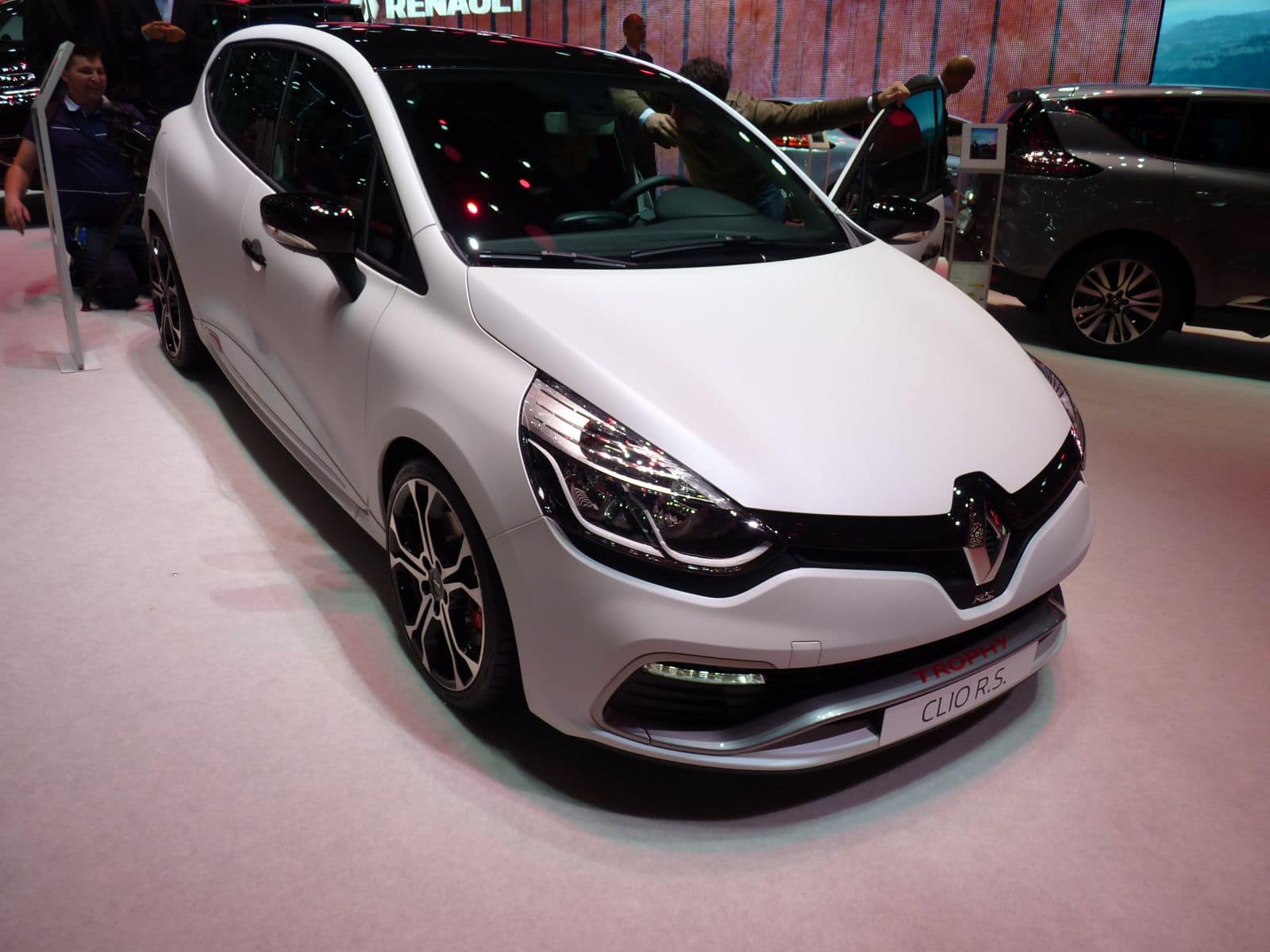 la renault clio rs trophy atteint les 220 ch. Black Bedroom Furniture Sets. Home Design Ideas