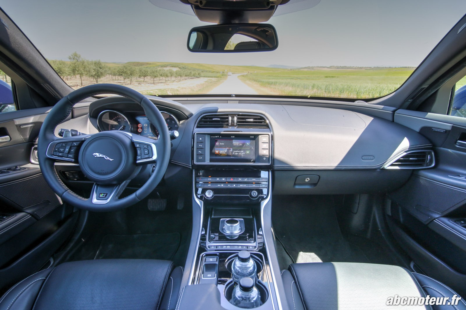 Jaguar xe la nouvelle berline l 39 essai en diesel essence for Interieur sport wilkinson