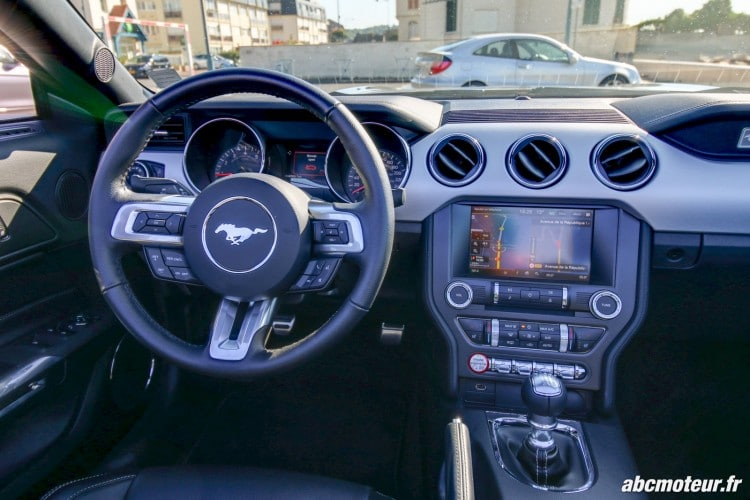 Ford Mustang Convertible EcoBoost poste conduite