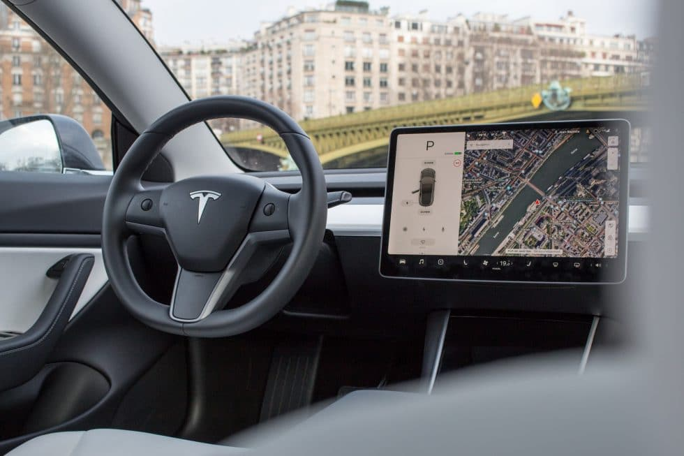 Tesla Model 3 volant et tablette
